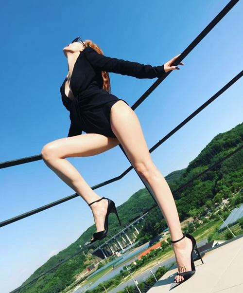 Hyun Ah diện đồ không thể ngắn hơn, khoe  cặp chân dài hút mắt.