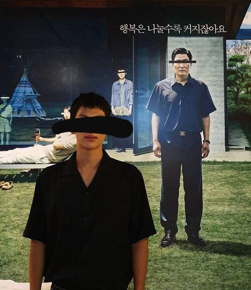 Im Si Wan chụp hình bắt chước poster phim Parasite  (Ký sinh trùng) - tác phẩm vừa đoạt giải Cành cọ vàng tại LHP Cannes 2019.