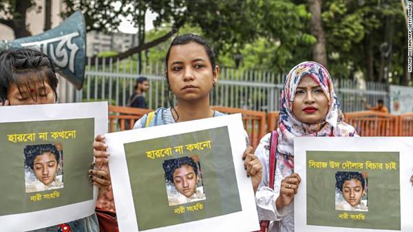 Phụ nữ Bangladesh cầm tấm bảng có ảnh nữ sinh Nusrat Jahan Rafi trong một cuộc biểu tình sau cái chết của cô,ở thủ đô Dhaka hôm 12/4.