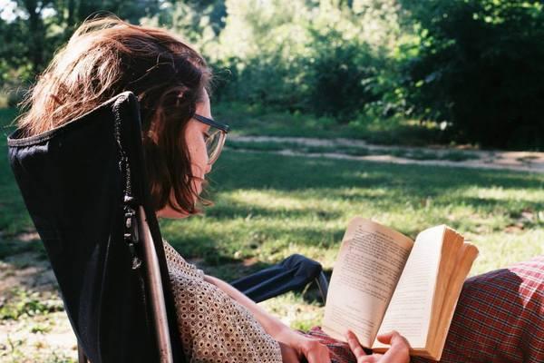 Đọc sách giúp thư giãn đầu óc.