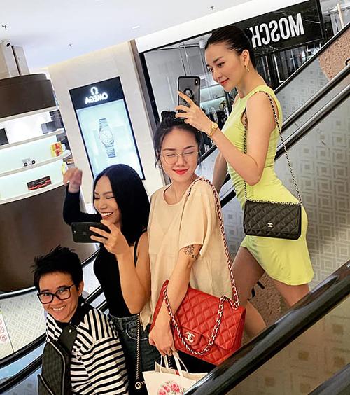 Bộ tứ Phương Uyên, Thảo My, Phương Ly và Thiều Bảo Trang chụp hình nhí nhảnh khi đi chơi cùng nhau.