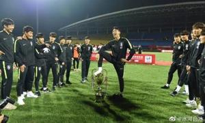 Cầu thủ Hàn Quốc cúi đầu xin lỗi vì đạp chân lên cúp vô địch