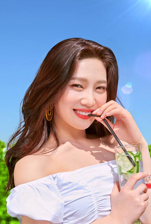 Joy vừa trở thành gương mặt quảng cáo cho thương hiệu mỹ phẩm eSpoir. Thành viên Red Velvet được nhãn hàng này gọi là nàng thơ, xây dựng hẳn một chiến dịch quảng bá phù hợp với hình tượng.