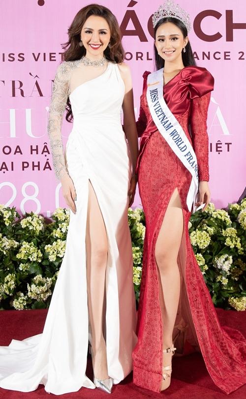 Diễm Hương chúc mừng Hương Trà - cô gái giành vương miện Hoa hậu Thế giới Người Việt tại Pháp 2019.