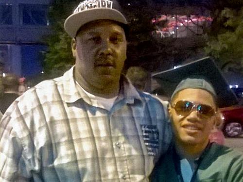 Terrill Thomas (trái)và con trai.