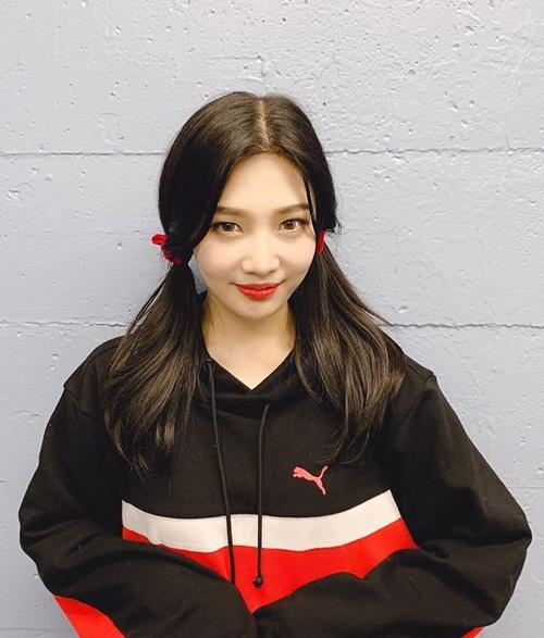 Joy (Red Velvet) cột tóc hai bên xì tin.