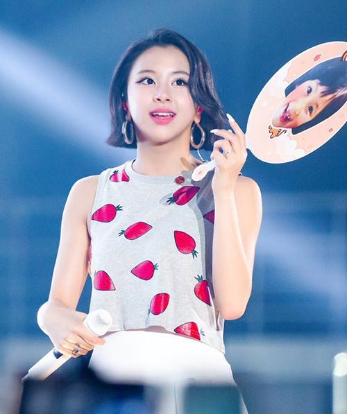 Trong buổi biểu diễn gần đây, Chae Young diện một chiếc croptop do chính cô nàng thiết kế. Áo kiểu dáng tanktop, in họa tiết dâu tây ngộ nghĩnh mang đến cho thành viên Twice vẻ trẻ trung, đáng yêu.