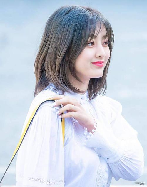 Tóc ngắn cắt tầng tương tự Jihyo (Twice) cũng là gợi ý đáng cân nhắc với các tín đồ làm đẹp.