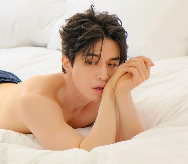 Lee Dong Wook khoe thân trần trong bộ ảnh mới với cách tạo dáng quyến rũ.