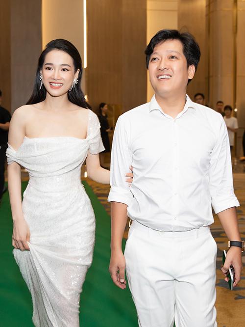 Các thiết kế mang sắc trắng tinh khôi, bó sát cơ thể và khoe khéo thềm ngực được Nhã Phương yêu thích.