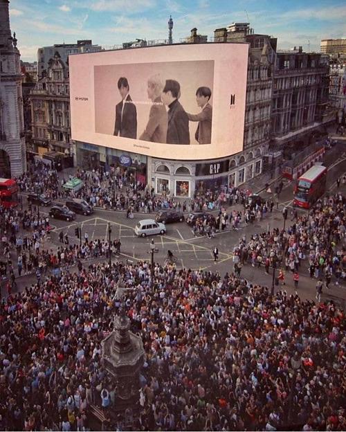 Sau 55 năm, lịch sử lặp lại khi BTS cũng có một lượng fan khổng lồ chào đón họ tại Anh, gợi lại hình ảnh The Beatles trước đây.