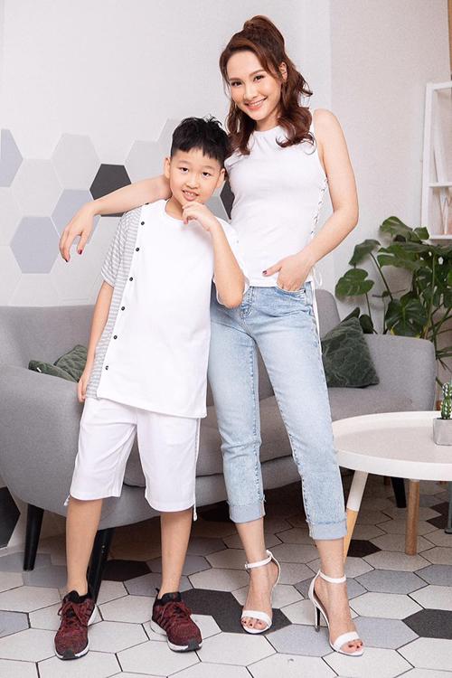 Bảo Thanh khoe cậu con trai cao lớn gần bằng mẹ. Hai mẹ con chẳng khác gì hai chị em.