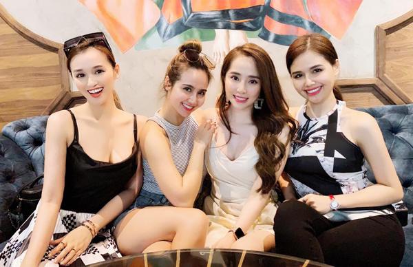 Bộ tứ bạn thân Hà thành Lã Thanh Huyền - Huyền Lizzie - Quỳnh Nga và Phanh Lee đọ nhan sắc rạng rỡ.