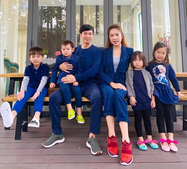 Ngày Tết thiếu nhi, vợ chồng Lý Hải - Minh Hà đưa con đi chơi. Cả gia đình tông xuyệt tông đồ xanh chất lừ.