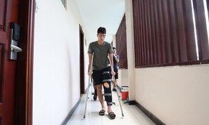 Đình Trọng chống nạng về Hà Nội sau chấn thương