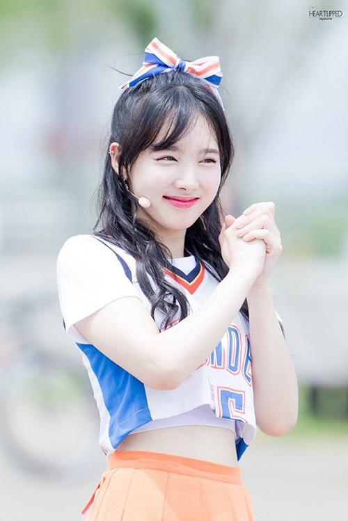 Kiểu tóc mái thẳng của Na Yeon trong kỳ quảng bá ca khúc Cheer Up tiếp tục được khen ngợi. Nữ idol sinh năm 1995 hợp với bộ đồng phục, phong cách năng động trên sân khấu.