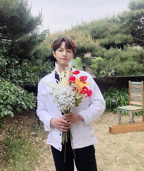 Các fan nữ ao ước được trai đẹp L (Infinite) cầm hoa đến tặng.