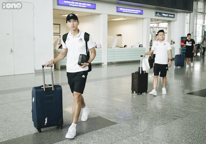 <p> Nhóm cầu thủ HAGL và Hà Nội FC đến sau khoảng 30 phút do phải bay từ Pleiku ra Hà Nội.</p>