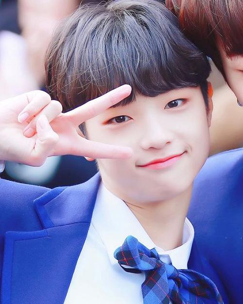 Center của ca khúc chủ đề Son Dong Pyo có thứ hạng thấp hơn dự đoán. Netizen cho rằng anh chàng cố tỏ vẻ dễ thương trước ống kính, gây nhàm chán vì biểu cảm quá đà.