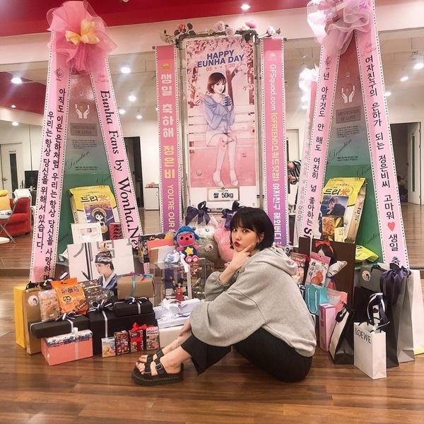 Eun Ha (G-Friend) hạnh phúc khoe quà sinh nhật fan tặng.