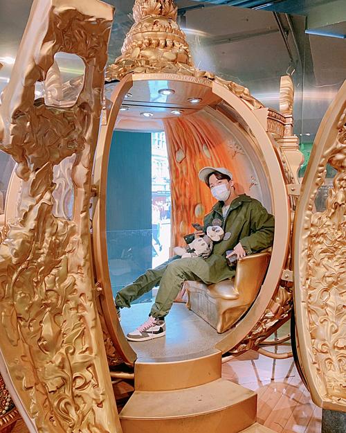 J-Hope (BTS) ôm thú bông ngồi trong chiếc xe cổ tích.
