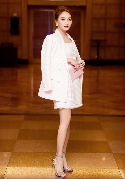 Phong cách thanh lịch này được Bảo Thanh diện cả lúc đi sự kiện. Trong ba chị em, Bảo Thanh cũng là người đam mê hàng hiệu nhất. Cô còn là gương mặt đại diện cho nhiều thương hiệu thời trang công sở.
