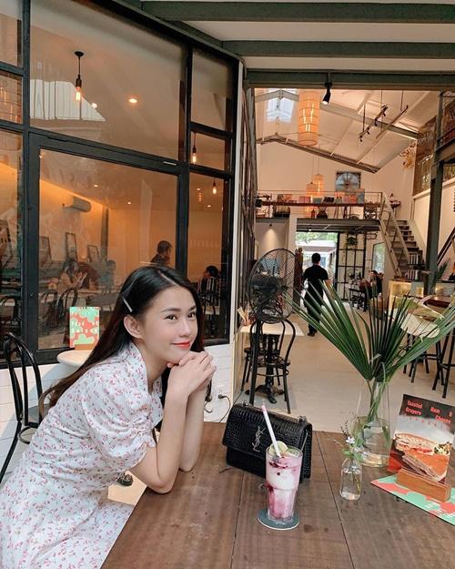 Ngọc Thảo thư giãn tại quán cafe nhân dịp cuối tuần.