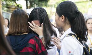Thí sinh gục đầu lên vai mẹ bật khóc sau bài thi Toán