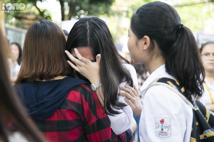 <p> Một nữ sinh chạy ra ôm mẹ bật khóc. Cô bạn vì làm bài không tốt nên thất vọng. Nhìn thấy con gái khóc ngay sau giờ thi, mẹ nữ sinh ôm con vào lòng an ủi: <em>Không sao đâu con!</em></p>