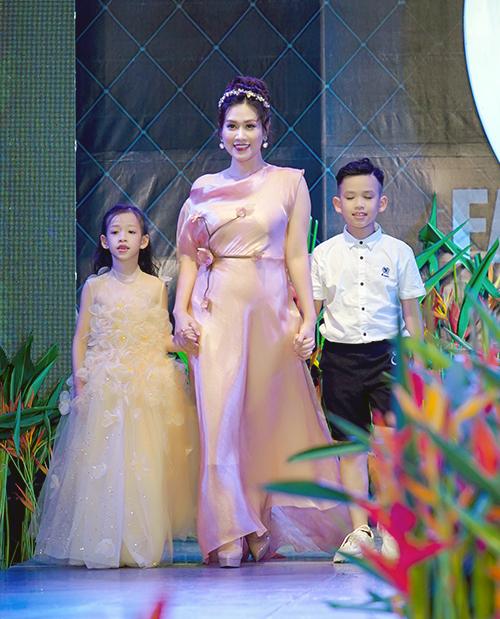 Chương trình còn có sự góp mặt của nữ diễn viên Hà Hương. Chị Nguyệt thảo mai trình diễn cùng hai con.