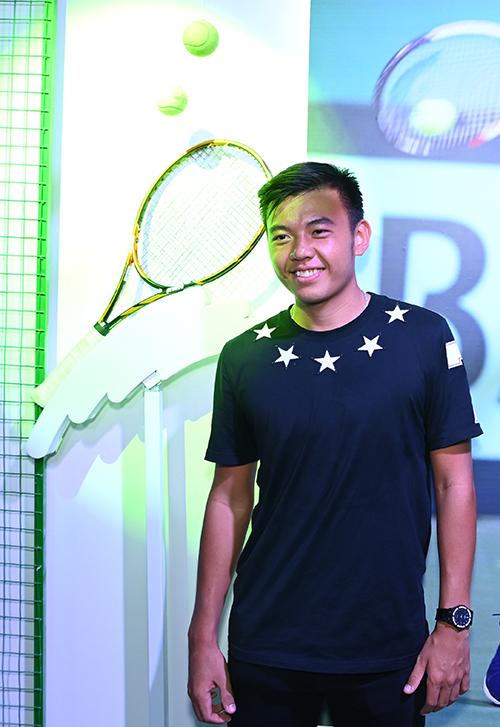 VĐVLý Hoàng Nam bên chiếc vợt đầy kỷ niệm. Nó gắn bó với anh suốt 2 năm đầu thi đấu chuyên nghiệp và đưa đến vinh quang. Nó là minh chứng cho sự bền bỉ, không ngừng theo đuổi đam mê của tôi, Lý Hoàng Nam nói,