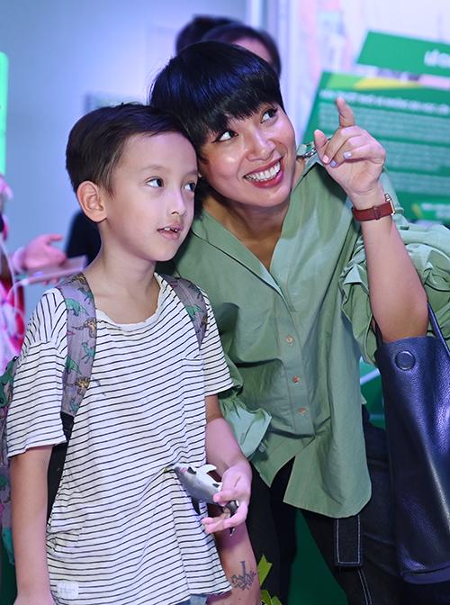 M Thùy Minh cũng dẫn con trai tham quan khu triển lãm.