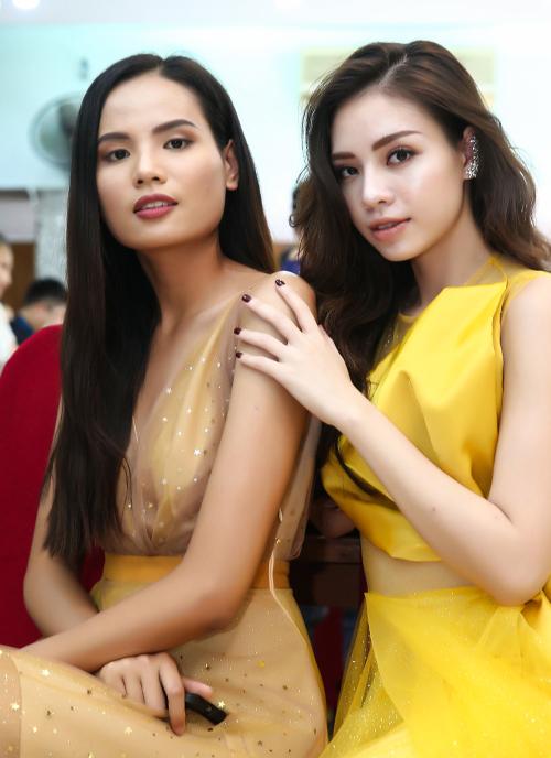 Tiêu Ngọc Linh và Hoa hậu Du lịch Quỳnh Nga khoe sắc trong hậu trường.