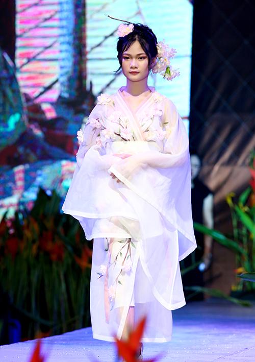 Mẫu nhí Hà Thiên Trang trình diễn mẫu thiết kế trong bộ sưu tập của Thảo Nguyễn.