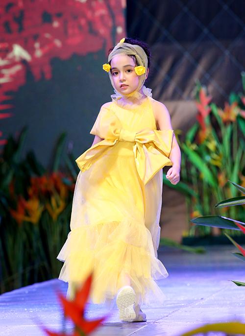 Mẫu nhí Chu Diệp Anh rất đắt show trình diễn thời trang trẻ em.