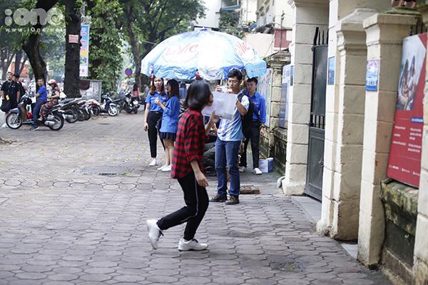 Một số thí sinh vẫn đến điểm thi khá trễ dù đã được nhắc nhở kỹ từ trước.Nữ sinh này hớt hảikhi sắp muộn giờ ở hội đồng thi THPT Trần Phú, Hà Nội. Ở mỗi hội đồng thi đều có lực lượng tình nguyện nhằm hỗ trợ các bạn thí sinh.