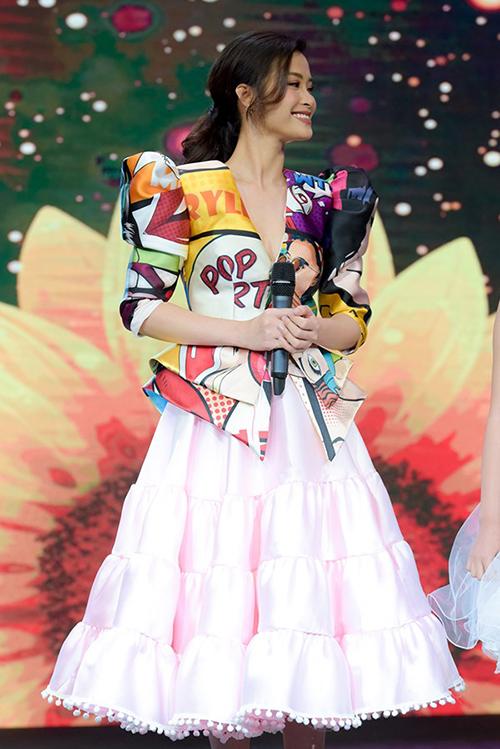 Trong một fashion show gần đây, Đông Nhi góp mặt với vai trò người mẫu trình diễn cho một nhà thiết kế thân thiết. Nữ ca sĩ diện bộ đồ lạ mắt, kết hợp áo peplum in họa tiết pop art với chân váy xòe bồng. Cách kết hợp này bị nhiều người chê là sai quá sai, khiến tổng thể trang phục trở nên lỗi mốt, kém sang đồng thời dìm vóc dáng người mặc.