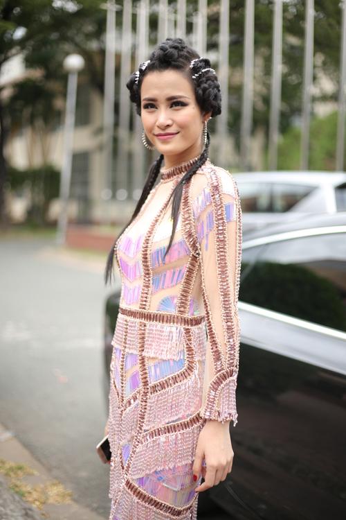 Đông Nhi bị đánh giá là có gu thời trang thiếu ổn định. Khi đi diễn hay dự sự kiện, nữ ca sĩ thường mặc những bộ cánh rối rắm, thiếu tính hiện đại.