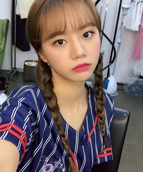 Hye Ri tết tóc đuôi sam như nữ sinh cấp ba.