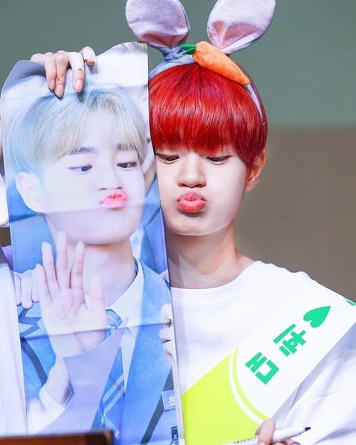 Lee Dae Hwi làm lại y xì cách chu môi của anh chàng trong poster.