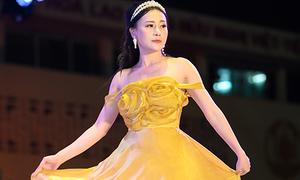 'Quỳnh búp bê' gợi cảm làm vedette show thời trang