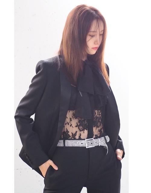 Yoon Ah mặc áo xuyên thấu kết hợp phong cách menswear cá tính.