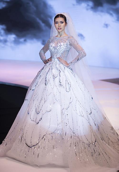 Minh Tú đảm nhận vai trò kết show lần này. Trước đó, thông tin về sự xuất hiện của người đẹp được giữ kín. Khác với những thiết kế trước đó, siêu mẫu diện thiết kế váy cưới cầu kỳ, tự tin sải bước trên sàn catwalk.