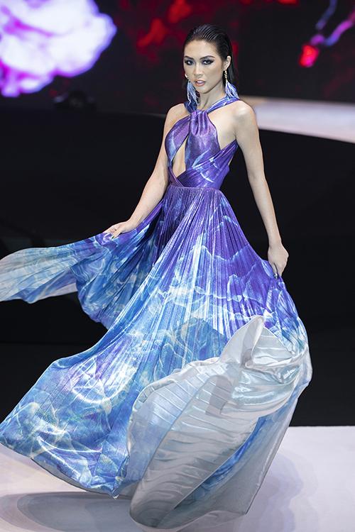 Tường Linh là chân dài được Đỗ Long giao cho vai trò mở màn trong phần diễn thứ hai. Người đẹp diện bộ trang phục mang tông màu chủ đạo là trắng - xanh, màu sắc đặc trưng của biển cả khiến người xem liên tưởng đến những con sóng cuộn trào.