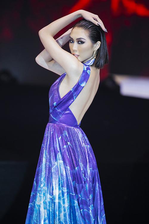 Ngay khi vừa xuất hiện, người đẹp gây bất ngờ với những màn tung váy đẹp mắt kết hợp những động tác múa.