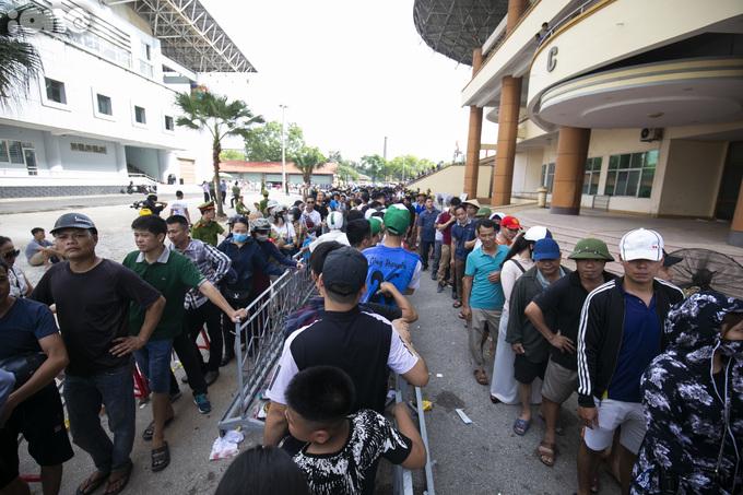 <p> Trận đấu giao hữu giữa đội tuyển U23 Việt Nam và U23 Myanmar sẽ diễn ra trên SVĐ Việt Trì, Phú Thọ với sức chứa hơn 17.000 người, lúc 20h ngày 7/6. Chiều nay, BTC mở bán vé tại quầy.</p>