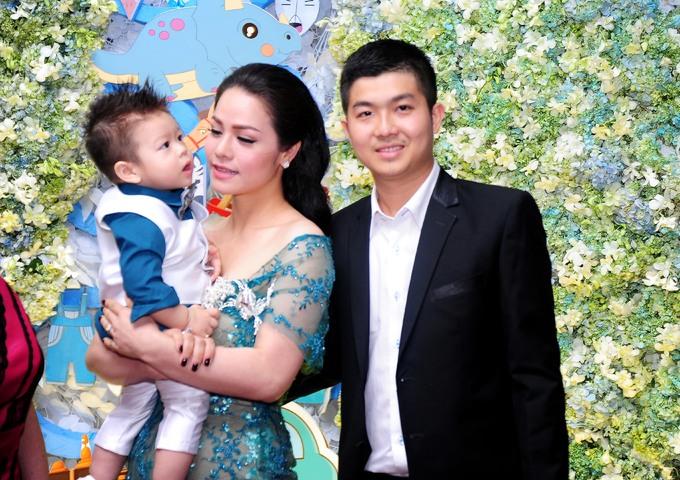 <p> Tháng 9/2015, cô sinh bé trai Ngô Bửu Long. Nhật Kim Anh từng chia sẻ, ông xã cô là người không giàu có về tiền bạc nhưng luôn quan tâm, lo lắng, động viên vợ. Đối với gia đình, Bửu Lộc là người con hiếu thảo.</p>
