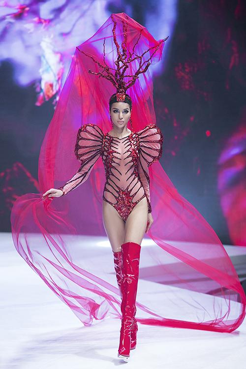 Điểm nhấn của những mẫu váy áo là chất liệu ren đặc trưng kết hợp các chi tiết đính đá cầu kỳ, gợi lên hình ảnh quen thuộc của đại dương như rạn san hô, bóng biển, đáy biển...