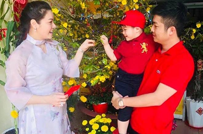 <p> Dịp Tết Nguyên Đán 2019, Nhật Kim Anh dập tan tin đồn ly hôn. Cô chia sẻ ảnh đón Tết cùng chồng và con trai.</p>