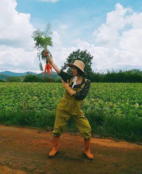 Min hóa cô nông dân nhí nhố đi nhổ cà rốt.